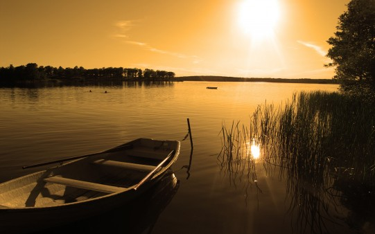 boat-in-water-at-sunset_1881875220